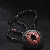 Oursin Noir (Collier, perles du verre et porcelaine)